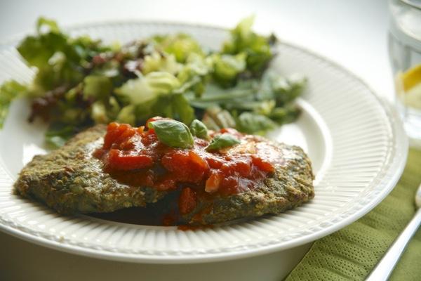 Tunfisk- og spinatkaker med tomatsaus