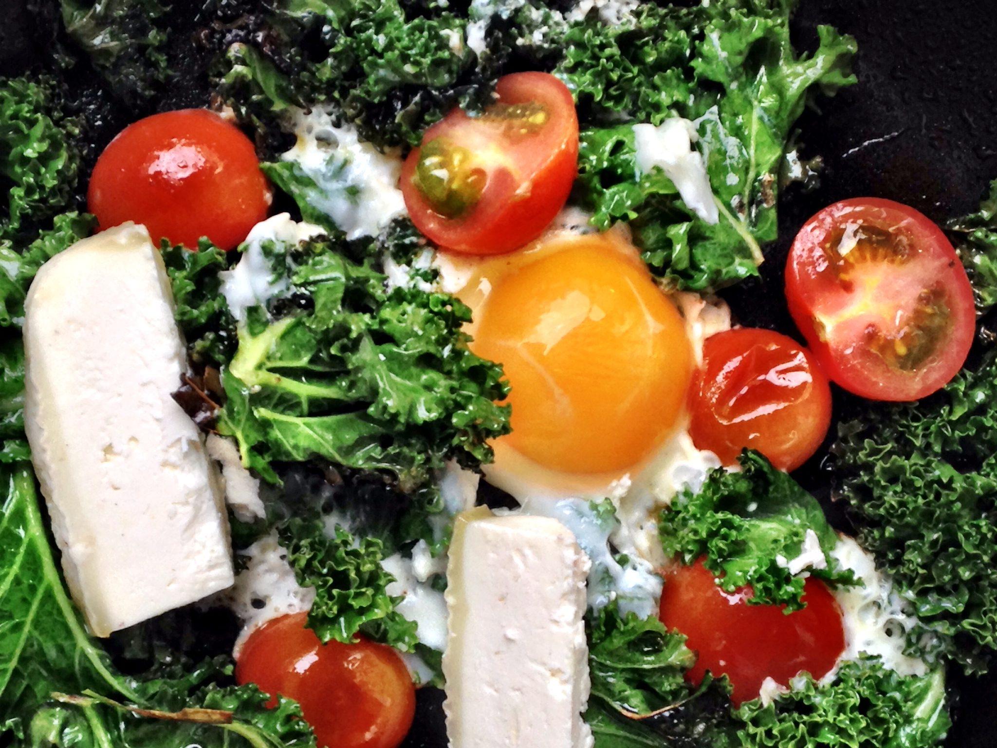 Stekt grønnkål med egg